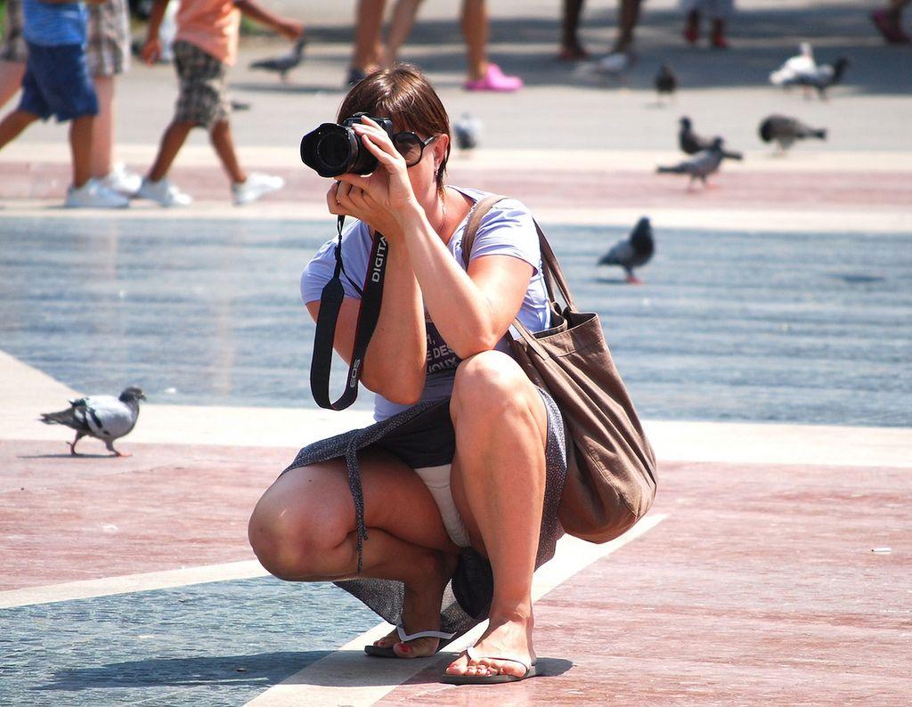 Фото девочка в юбке на корточках, Дамы на корточках без трусиков 2 фотография