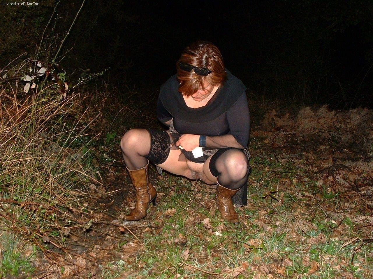 девушки писают на природе фото